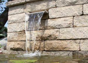 Wasser aus der Mauer